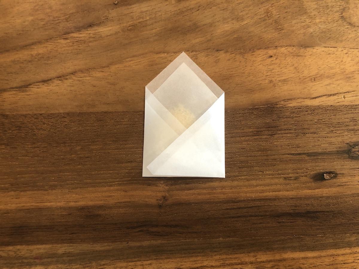 薬包紙の包み方 ③左右を折りたたむ