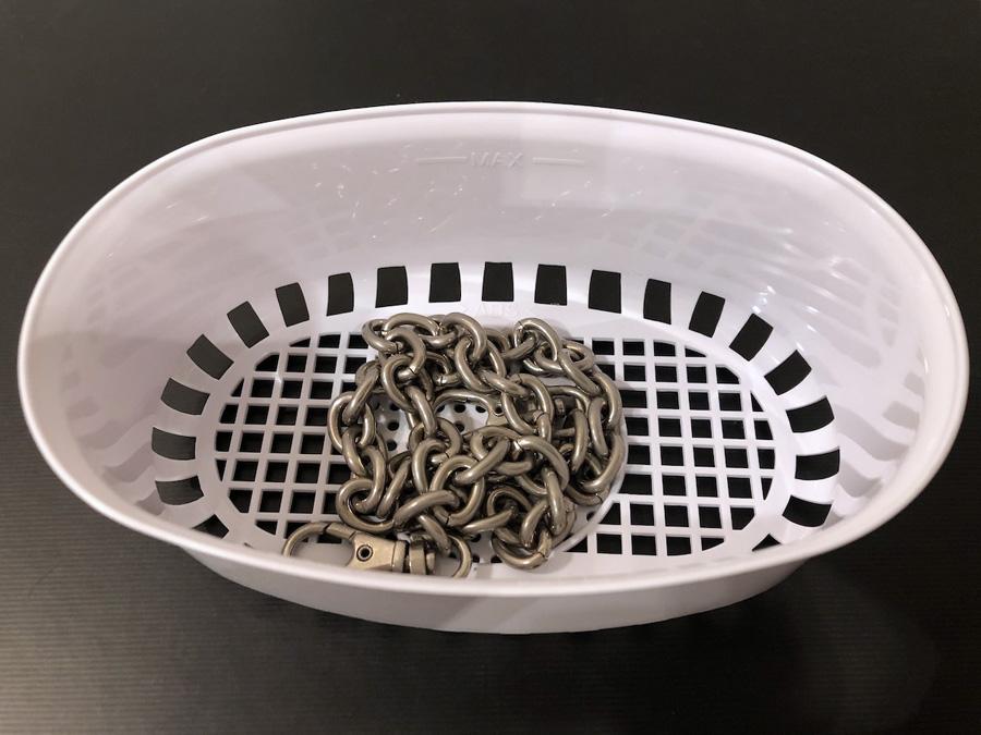 バッグのチェーンなど細かなアイテムは洗浄カゴに入れると洗浄が楽ちん