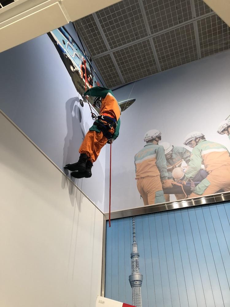 見上げると救命作業中の方が… ポリスミュージアム